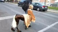 社会奇闻: 国外街头小孩的半人马服饰