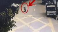 女子骑电动车回家, 进小区20秒后遭遇了死神, 监控刚好拍下这一幕!