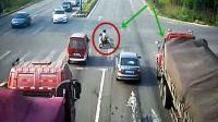 母女2人骑电动车闯红灯, 连躲2辆车, 你以为这就结束了?