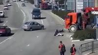 摩托小伙突然遇到车祸, 为了活命他做出这样动作