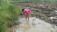 农村表嫂河里捕鱼, 当她弯腰的那一刻, 真的想过去帮忙