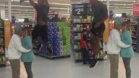 夫妇超市拥吻 黑人从两人头顶跳过