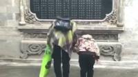 言传身教!母亲带女向英雄石碑鞠躬