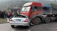 【事故警世钟】小车司机玩手机 大车司机有盲区 同时转弯结果吓人218期