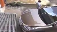 女司机准备开车回家, 刚打开车门发现身后不对劲, 赶紧弃车逃跑