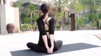 看美女瑜伽将双臂放于身后使劲拉伸, 可以起到挺胸的作用