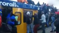实拍南非上班族拼命挤地铁