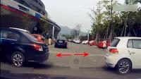 俩女司机倒车时同时撞上, 这技术真是半斤八两啊!