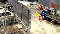 男子工地上卸货, 视频拍下了可怕一幕