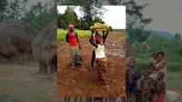 非洲游记: 赞比亚的雨季十分闷热, 黑人妈妈要赶在香蕉腐烂前去小镇上卖掉