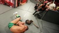【RAW 10/23】山姆森牺牲吃饭家伙 用吉他爆头砸向杰森脑袋