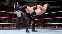 【RAW 10/23】红色巨魔凯恩锁喉抛摔 芬-巴洛尔无力招架