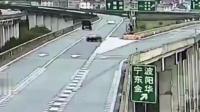 轿车错过高架桥出口, 强行变道以后失控, 监控拍下全过程!