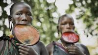 非洲神秘民族竟流行女性嘴唇挂盘子, 盘子越大身材越高, 当地人民以此致富