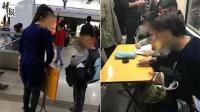 小学生地铁里自带课桌写作业