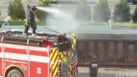 国外垃圾车着火, 消防队员救火结果路人拍下这悲剧的一幕!