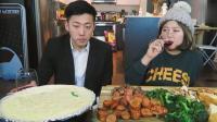 韩国美女和男友吃芝士火锅和香肠配红酒, 看着让人垂涎三尺!