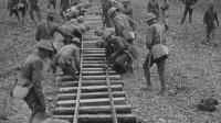 1940年法国士兵在修建铁路, 这就看出60多年前的差距