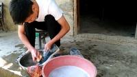 农村小伙回乡记第13集: 家里没有洗衣机, 只能用刷子洗鞋!