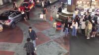 韩国街头两男子发生斗殴, 连警察都打, 结果警察的动作帅了