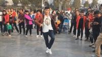 广场惊现赵四儿舞步  面具男风格鬼步舞
