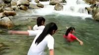 TSH视频-河沟里洗澡玩水的苗族姑娘-欢天喜地