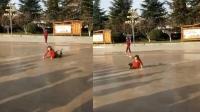 大妈贴地跳广场舞 网友:保洁阿姨轻松了