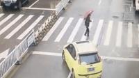 老人过斑马线遇阻 暖心司机横车挡住车流