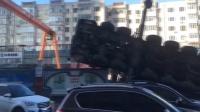 实拍吊车侧翻倒地 两轿车被砸稀碎