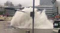 水管爆裂喷出两米水柱 网友:划皮艇回家