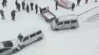 """大雪路滑致数车连撞 一车接一车""""排长龙"""""""