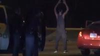 心大!美国男子袭警被捕 面对枪支尬舞