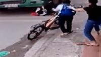 男孩骑车路边跌倒 险被大货车碾压头部