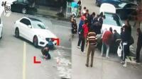 男孩系鞋带被卷入车底 路人合力抬车救人