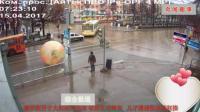 俄罗斯男子大街玩太空球 导致交通瘫痪   儿子遭遇欺凌被狂揍