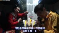 韩国人在西安买羊肉串带上火车, 不会吃真正的羊肉, 乱搞说吃出了臭汗味。