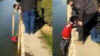 6旬老人失足坠落冰冷河中 热心群众搭人梯施救