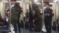 女子地铁内掌掴列车员 扇完就跑