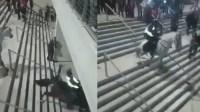 """马儿走出""""魔鬼的步伐"""" 倒霉骑警被甩下台阶"""