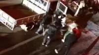 数十名男子当街拦车 手持刀具当街行凶