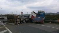 小车高速连变三道 逼翻货车撞向护栏