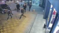 因债务纠纷起冲突 男子当街遭人连砍数刀