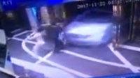 小车失控冲进酒吧后又撞向人群