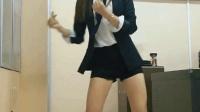 公司秘书在茶水间偷偷跳广场舞, 露腿