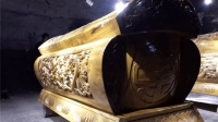 公路施工队挖出千年棺木, 专家查看棺木中竟然有声音