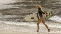 比基尼金发少女去冲浪遇上鲨鱼, 这时却出现了一个男人, 16岁禁看