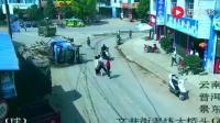 十几辆电动车等红灯, 惨遭大货车碾压, 监控还原事情的真相!