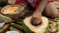 山村姑娘野外用椰子焖虾-太香了-看到多么想吃(冬日吸猫)