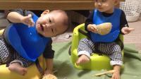 日本妈妈培养双胞胎宝宝自己动手吃饭, 吃的再乱妈妈也不干涉!