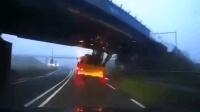 挂车载挖掘机强行通过高架桥 碰撞后侧翻